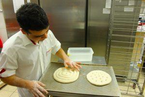 Hasib backt Brot.