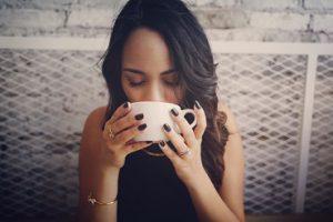 Der erste Schluck Kaffee