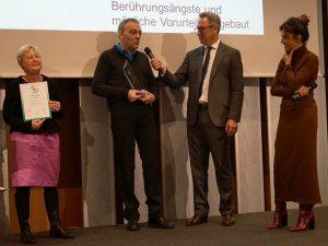 Heinrich Deichmann überreicht Preis