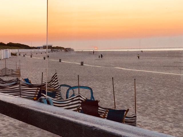 Sonne geht unter am Strand von Holland.