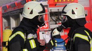 Zwei Feuerwehrmaenner mit Atemmasken