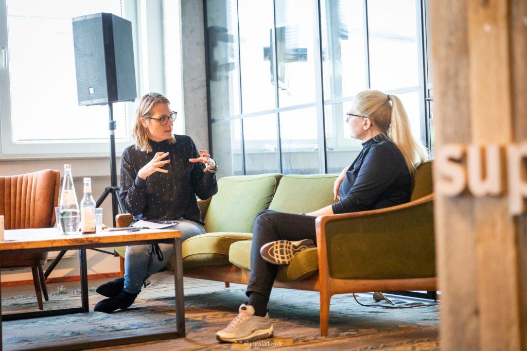 Steffi Gundel und Silke Roggermann im Interview auf Sofa