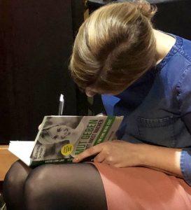 Katharina Schulze signiert ihr Buch bei Buchpräsentation in München.
