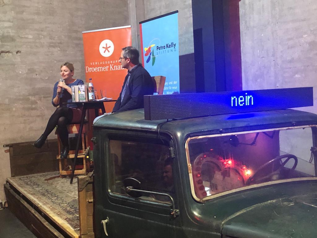 Katharina Schulze auf Podium im Interview bei Buchpräsentation