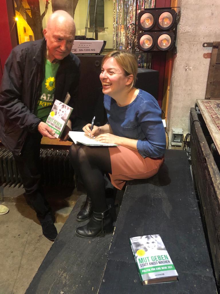 Katharina signiert ihr Buch und der nächste Leser wartet schon.