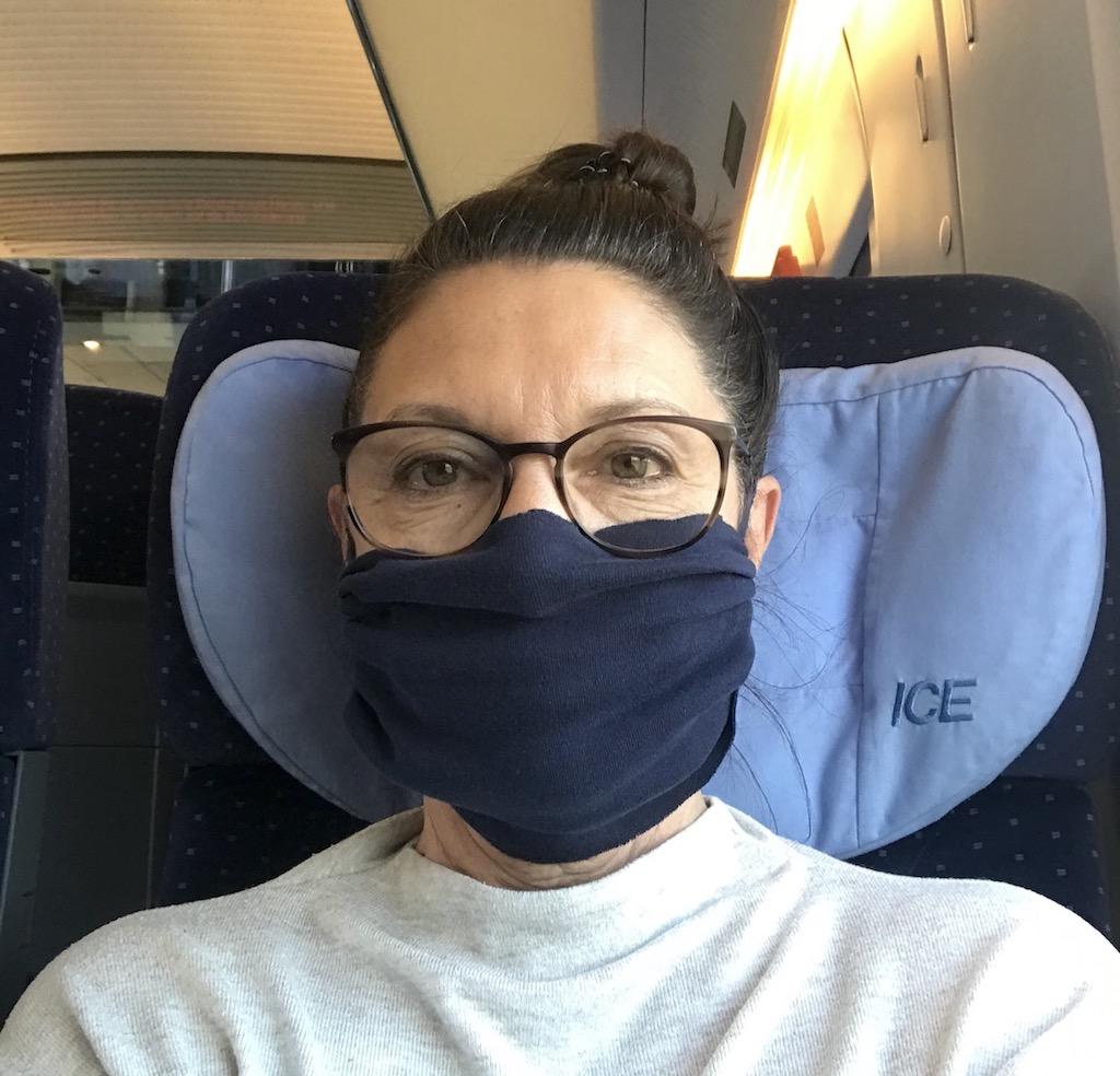 Im Zug mit Maske