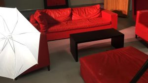 Rotes Sofa für die livestream Teilnehmer