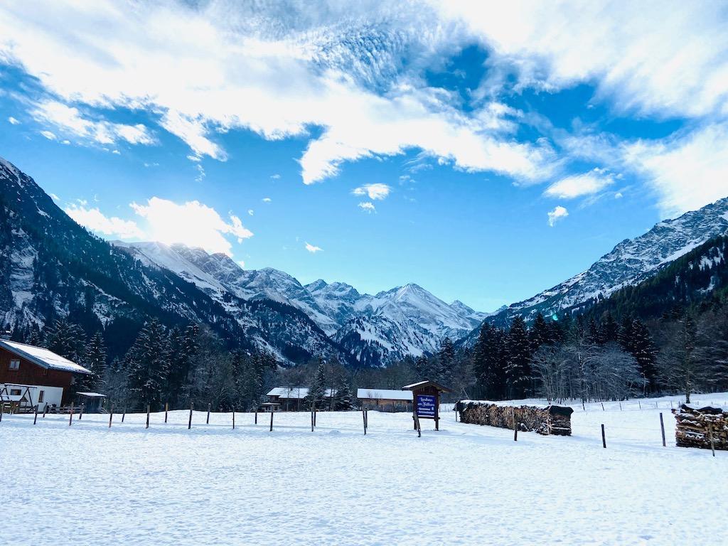 Berge in Schnee und Sonne