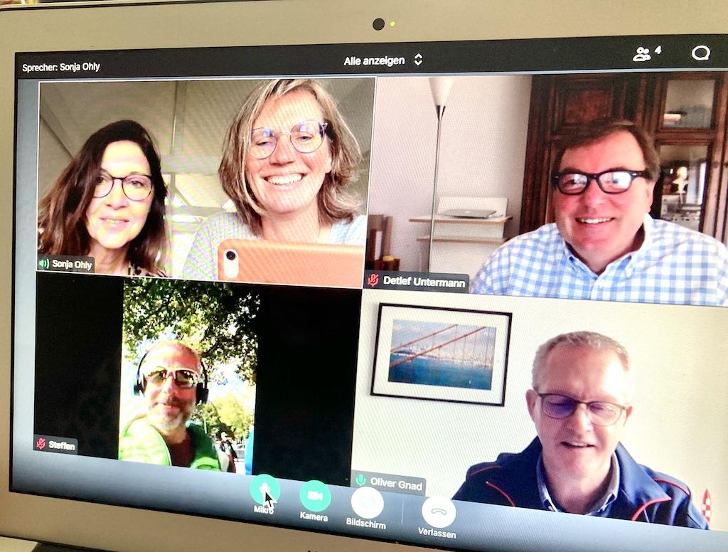 Fünf Personen beim Online Meeting