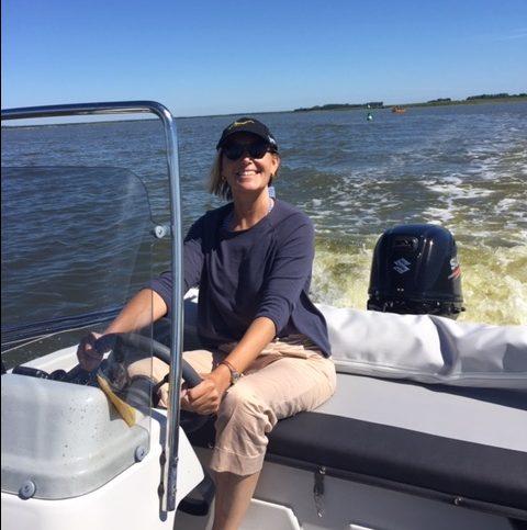 Ute Rentmeister auf Boot in der Ostsee