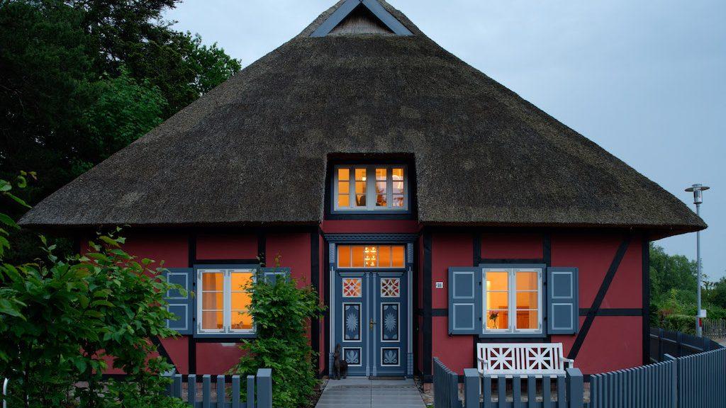Haus mit Reetdach auf dem Darß Ostsee