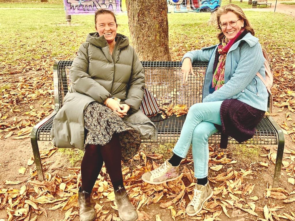Sabine Krieger-Ley mit Elke Tonscheidt auf Parkbank