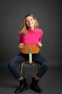 Anna auf Bürostuhl