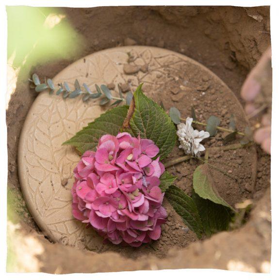 Urne mit Blume obenauf