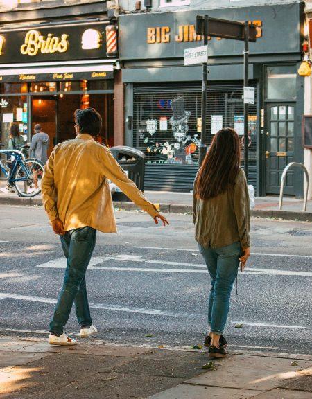 Mann und Frau an Straße