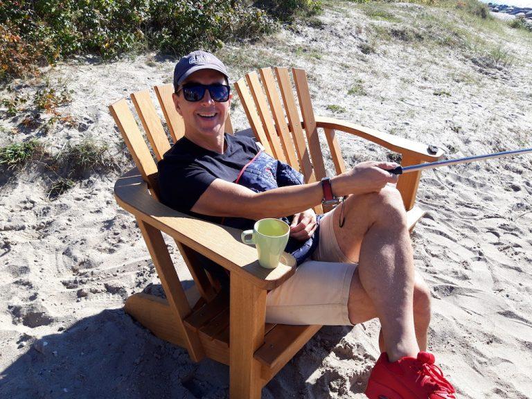 Mann entspannt auf Alsterbank am Strand