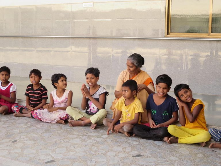 Kinder in einem Behindertenheim in Indien