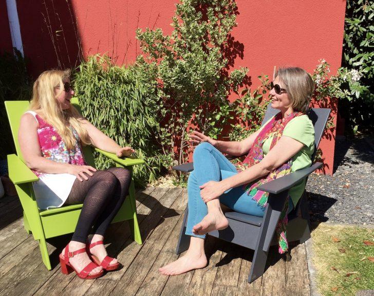Elke Tonscheidt und Yvonne Hayward im Garten