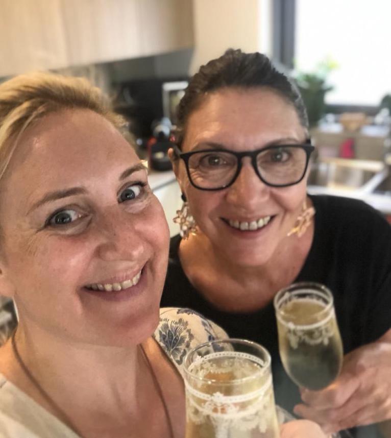 Mel und Sonja zelebrieren den Neustart